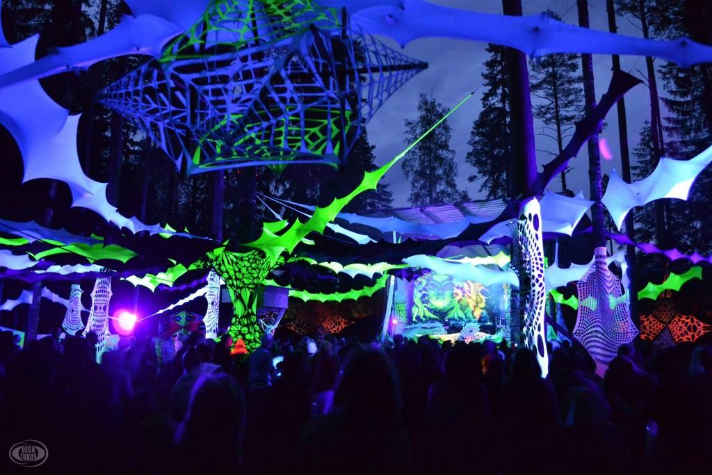 Kosmos -festivaaleilla oli luotu upeat puitteet öisille metsäreiveille.